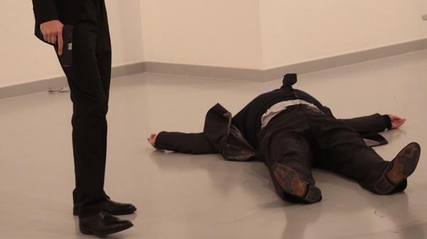 El momento en que Karlov cae al suelo luego del disparo (