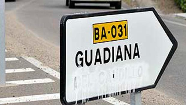 Cartel del pueblo extremeño Guadiana del Caudillo en el que parte del nombre de la localidad ha sido borrado