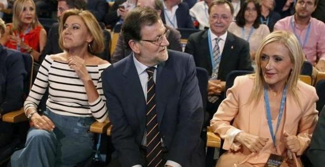 Mariano Rajoy, flanqueado por Cristina Cifuentes (d) y María Dolores de Cospedal (i).