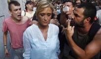 Cristina Cifuentes, increpada por ultraizquierdistas.