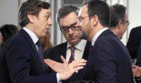 El vicesecretario general de Ciudadanos, José Manuel Villegas,contempla la conversación entre los portavoces parlamentarios de PP y PSOE