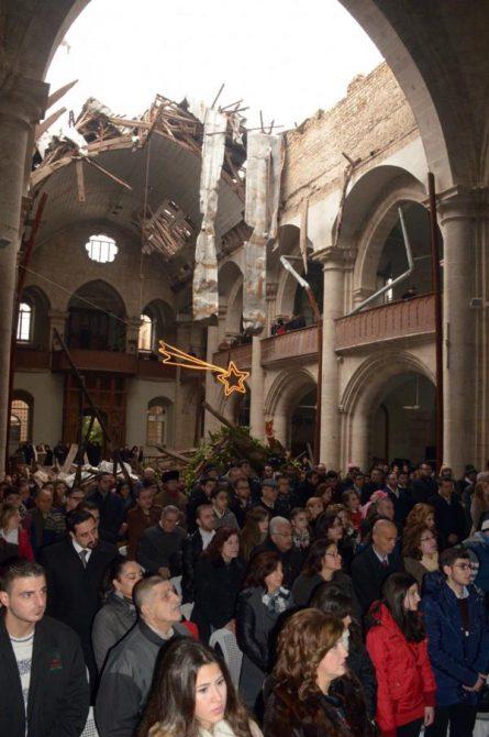 Cristianos celebran la Navidad en la catedral de San Elías, en Alepo, que fue dañada por los bombardeos de la guerra civil