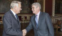 El ministro galo de Exteriores, Jean-Marc Ayrault, da la bienvenida al ministro español de Exteriores, Alfonso Dastis, antes de su reunión en París