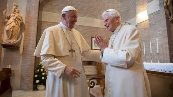 El papa Francisco, en su encuentro con su antecesor, Benedicto XVI