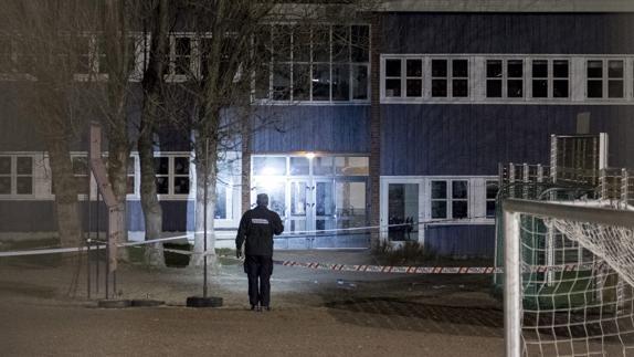Un policía inspecciona el sitio de crimen delante de la escuela Wilds Minne en Kristiansand, Noruega.