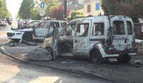 Recientemente cuatro oficiales de policía resultaron heridos (dos, con quemaduras graves) cuando un grupo de en torno a 15 'jóvenes' (pandilleros musulmanes) rodearan sus vehículos y lanzaran contra ellos piedras y bombas incendiarias en el suburbio parisino de Viry-Châtillon. (Imagen: captura de un vídeo de Line Press).