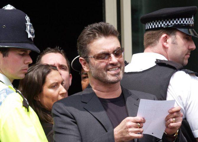 En 2006, un juzgado londinense llegó a imponerle una pena de cárcel por conducir bajo los efectos de la marihuana.
