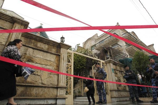 Fuerzas de seguridad iraquíes resguardan una iglesia en Bagdad para la misa de Navidad