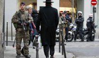 Soldados franceses patrullan en el barrio judío de París en una imagen de 2015.