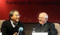 Julián Barrio (d) durante una charla de en la Cámara de Comercio de Santiago