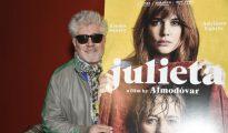 Pedro Almodóvar posa con el cartel de «Julieta»