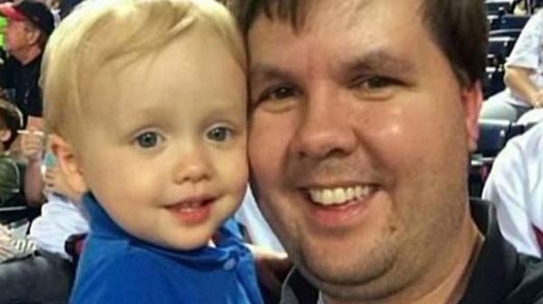 Justin Ross Harris posa con su hijo, Cooper
