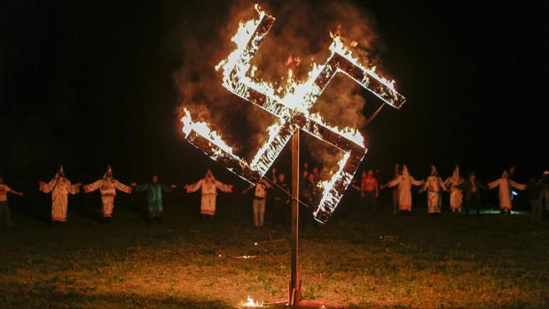 Miembros del Ku Klux Klan (KKK) bailan frente a una esvástica de fuego en Temple, Georgia (Estados Unidos), el 23 de abril de 2016