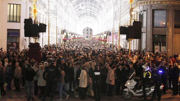 Cientos de personas abarrotan la calle Larios en Málaga para asistir al encendido del alumbrado. (Foto Sur)