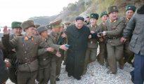 Kim Jong-Un junto a militares de distinto rango