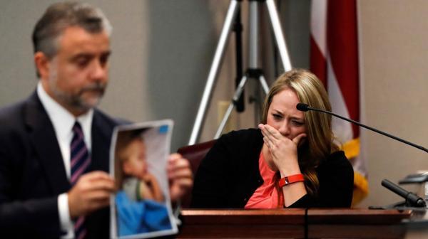 La madre intentó defender a su ex pareja, pero entró en llanto al ver la imagen de su hijo