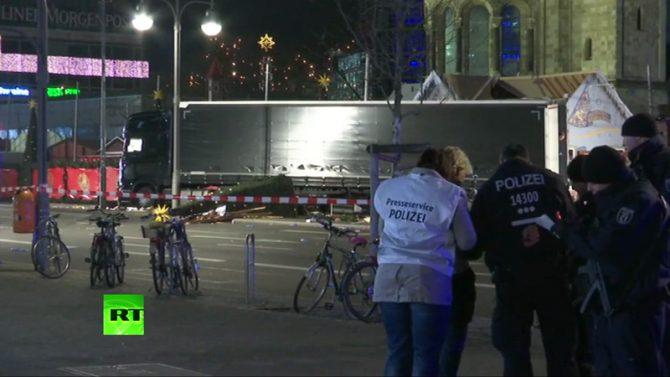 Unos policías, en el mercado navideño berlinés donde el pasado día 19 se produjo un atentado con camión. (Imagen: pantallazo de un vídeo de RT).