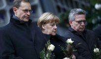 Angela Merkel, acompañada por sus ministro de Interior, Thomas de Maizière y el alcalde-gobernador de Berlín, Michael Müller visitan el lugar del atentado