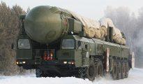 Un misil intercontinental móvil RT-2PM Topol es trasladado a su base en el Distrito Militar Central de Rusia.