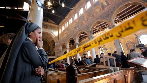 Una monja llora al ver los destrozos en la iglesia copta atacada hace días en El Cairo