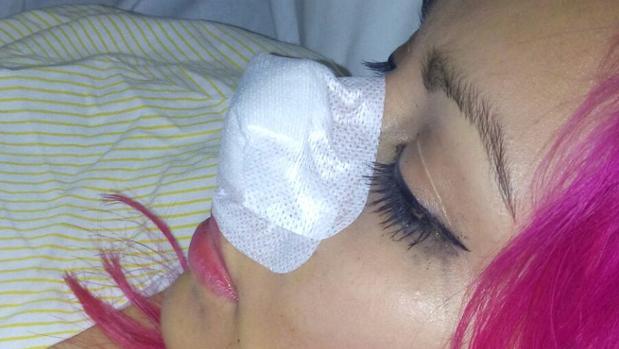 La joven agredida tras ser atendida en el Hospital Macarena
