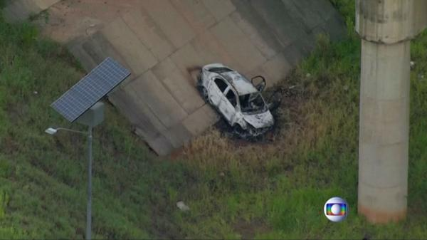 El auto donde estaba el cuerpo del embajador carbonizado (Reuters/Captura de pantalla)