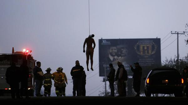 Un cuerpo mutilado cuelga de un puente en Tijuana, un típico ritual de venganza narco