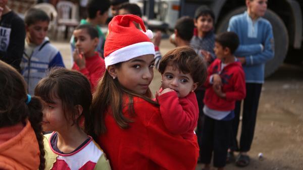 Dos niñas festejan la Navidad en Siria