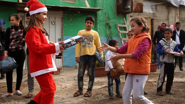 Los niños festejaron la Navidad en medio de la desolación de la guerra