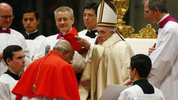 Francisco, ordenando a un cardenal