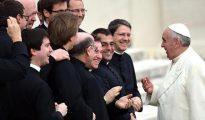 El papa Francisco junto con sacerdotes católicos