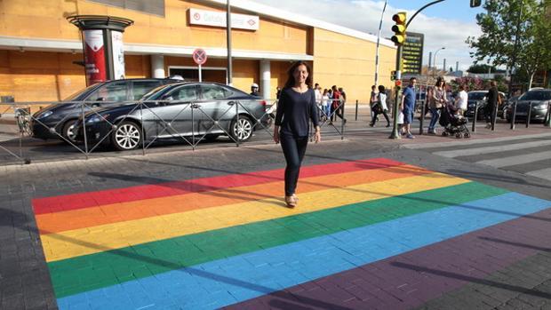 La alcaldesa de Getafe pasa por uno de los pasos de cebra pintados con los colores del arco iris.