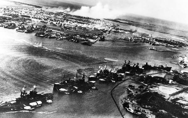 Vista aérea de la base naval de Pearl Harbour, al comienzo del ataque japonés (US Navy)