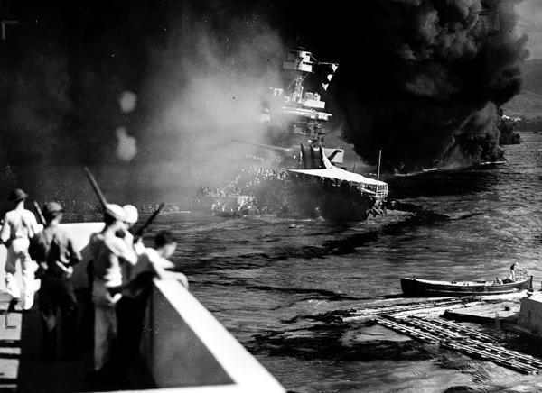 El acorazado California, incendiado tras el ataque (US Navy)