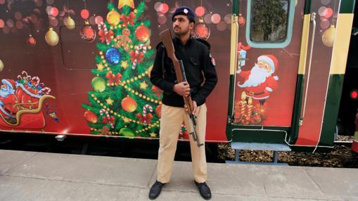 Un policía está de guardia cerca del tren de la paz de Navidad durante una ceremonia antes de las celebraciones de Navidad en Islamabad