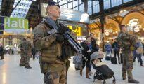 Unos 3.000 policías patrullan el interior de los trenes en Francia
