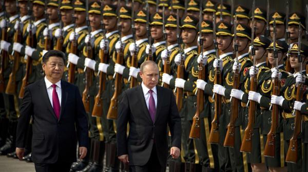 El presidente ruso Vladimir Putin pasa revista a las tropas del Ejército
