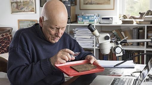 Roger Tomlin, latinista de la Universidad de Oxford, inspecciona la tablilla