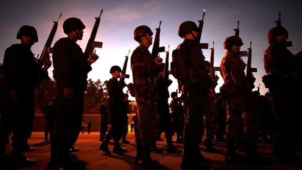 Soldados se alinean antes de abordar vehículos que partirán hacia el norte de México para participar de operativos de erradicación de cultivos de drogas