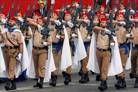 Soldados de Regulares, durante un desfile.