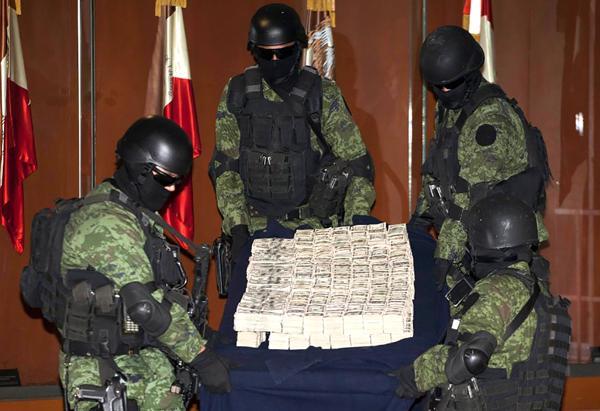 Soldados mexicanos muestran el secuestro de miles de dólares a capos narcos en una presentación ante los medios en la Ciudad de México