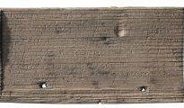 La tablilla de madera en la que está grabado el documento manuscrito