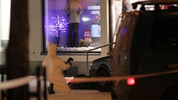 Un forense examina el lugar del tiroteo en Imatra