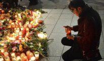 Un hombre deja una vela en el lugar del atentado en Berlín