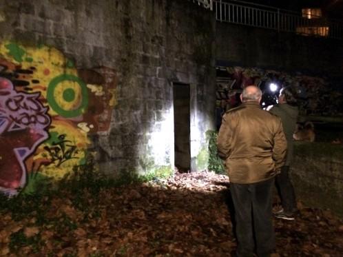 El cadáver de una persona ha sido hallado esta tarde en una bolsa de plástico en Vigo debajo de unas escaleras en el aparcamiento principal de la playa de la Punta, en la zona de A Guía. En la foto, hueco de las escaleras donde fue descubierto el cadáver