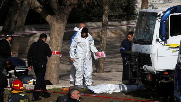 La Policía investiga el lugar del accidente, donde todavía se pueden ver los cuerpos