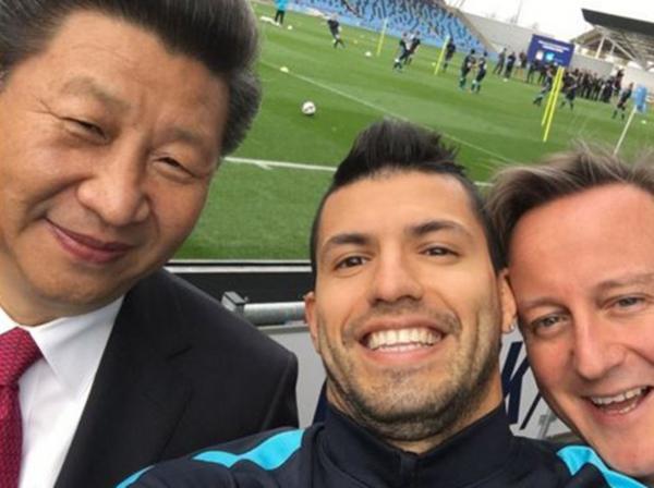 """El presidente chino Xi Jinping en una selfie sacada con Sergio """"Kun"""" Agüero y el ex Primer Ministro inglés David Cameron, durante una visita a las islas"""
