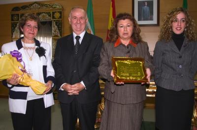Carmen Marín posa con una placa entregada por el alcalde torremolinense, a su izquierda.