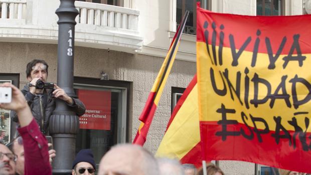 """Un mosso realizando presuntamente """"labores de inteligencia"""" en una manifestación de patriotas en Madrid."""