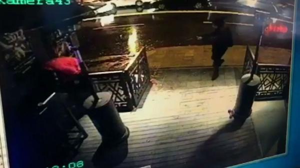Imagen de la emisora CCTV muestra al atacante armado con un rifle mientras se abre paso en la entrada de la discoteca Reina, de Estambul, este domingo